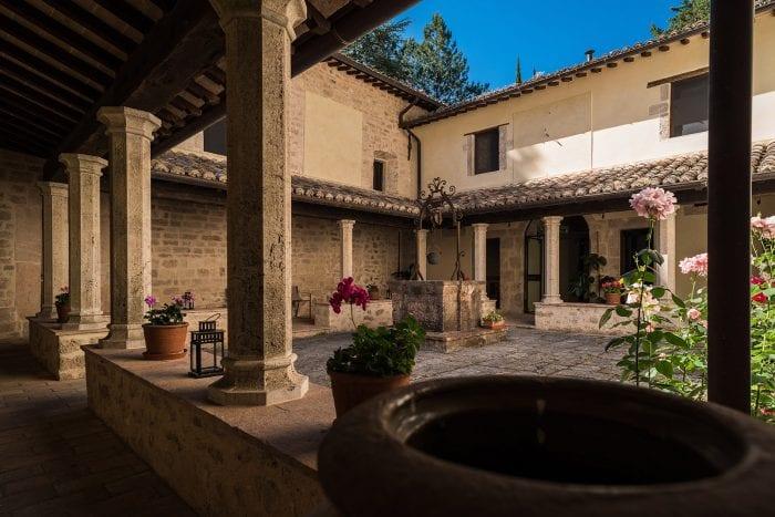 Benedictijner klooster Valnerina binnenplaats - Giotto Cultuurprojecten